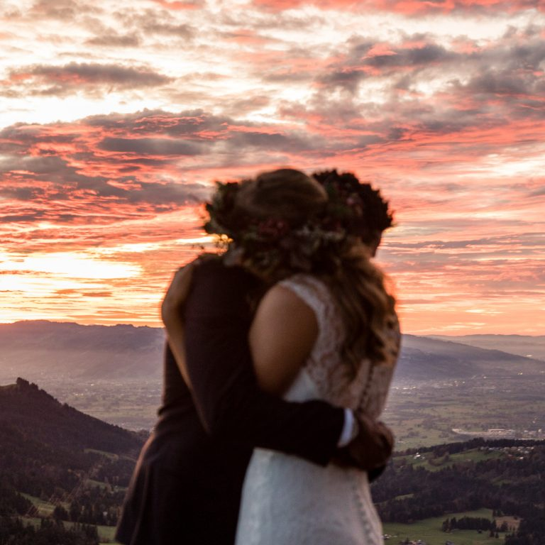 romantische umarmung bei sonnenuntergang hochzeitsfotos